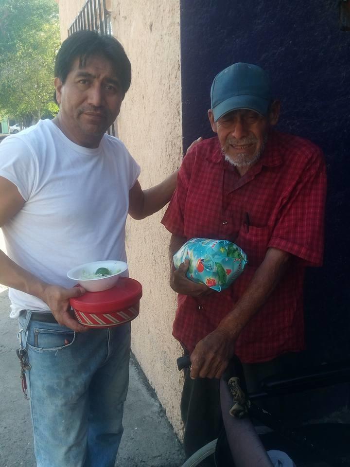 ENTREGA. El pastor Patricio Coronado Alvarez, llevó personalmente algo de comida y hasta un pequeño regalo a cada uno de los abuelitos que no pudieron asistir al festejo navideño.