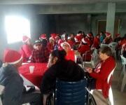 Ofrecen festejo navideño a abuelitos residentes del poblado Los Guerra