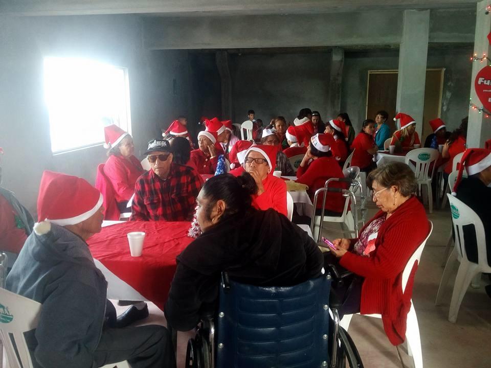 """OFRECEN. La Fundación sin fines de lucro""""Brillando con Amor"""", ofreció unfestejo navideño para todos los abuelitos residentes del poblado Los Guerra."""