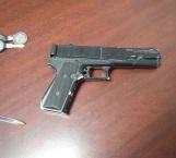 Capturan a pareja armada con pistola frente a escuela