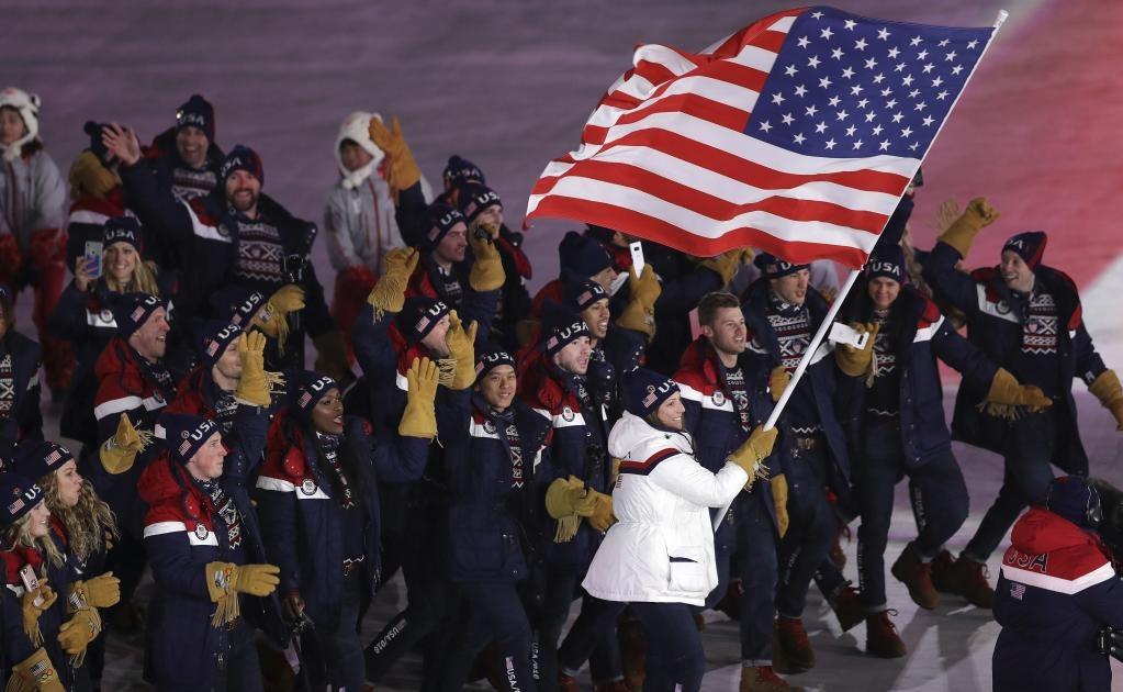 Erin Hamlin porta la bandera de los Estados Unidos durante la ceremonia de inauguración de los Juegos Olímpicos de Invierno 2018 en Pyeongchang, Corea del Sur (Foto: AP)