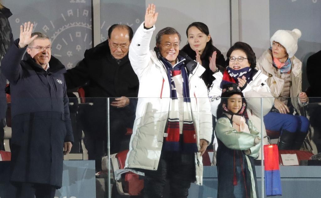 Thomas Bach y Presidente de Corea del Sur Moon Jae-in, su esposa Kim Jung-Sook y Kim Yo-Jong, la hermana del líder de Corea del Norte Kim Jong-un durante la ceremonia de apertura (Foto: REUTERS)