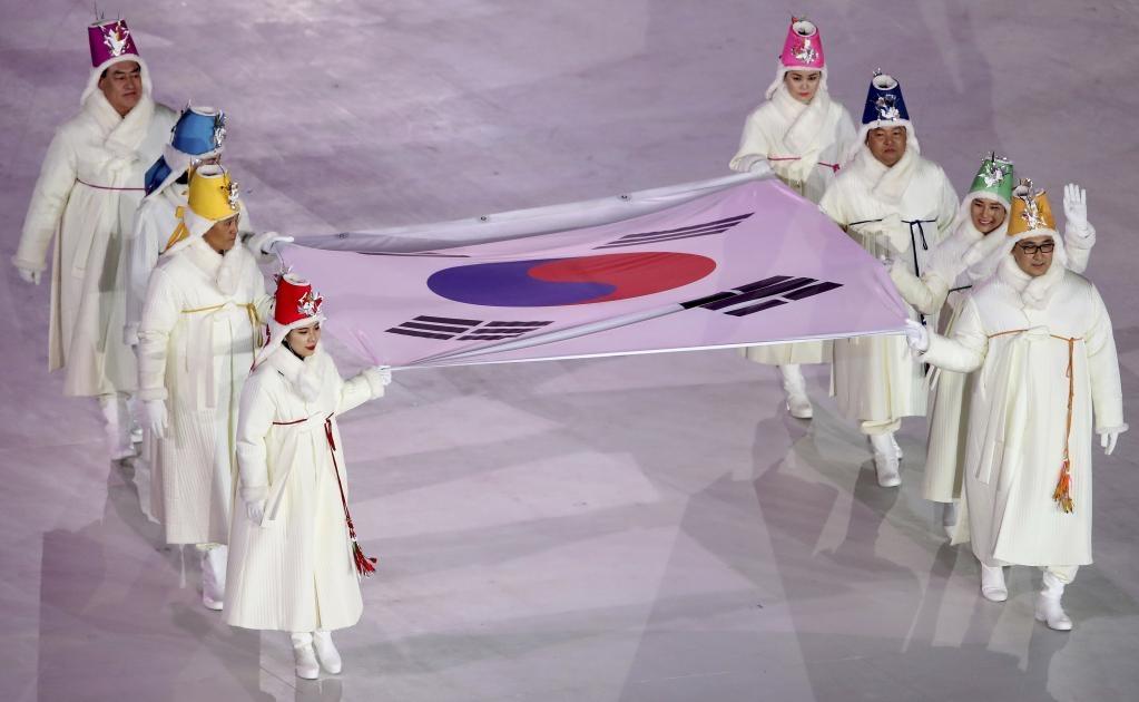 Antiguos deportistas olímpicos portan la bandera de la República de Corea durante la ceremonia de inauguración de los Juegos Olímpicos de Invierno de 2018 en Pyeongchang, Corea del Sur (Foto: AP)