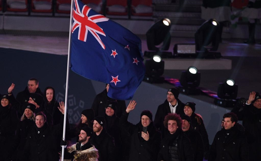 El abanderado de Nueva Zelanda Beau-James Wells encabeza a su delegación mientras desfilan durante la ceremonia de apertura del Pyeongchang 2018 (FOTO: AFP)