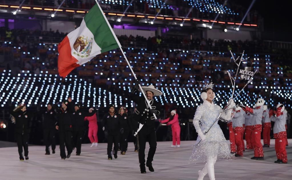 El alemán Madrazo porta la bandera de México durante la ceremonia de inauguración de los Juegos Olímpicos de Invierno 2018 en Pyeongchang (Foto: AP)