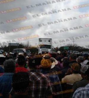 Campesinos bloquean carretera federal