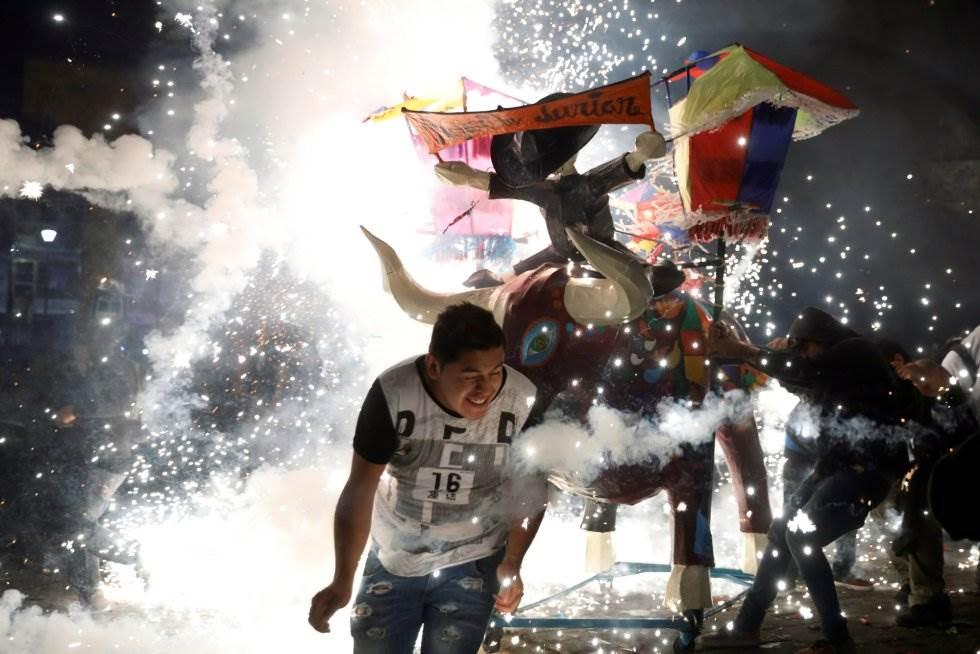 Como cada 8 de de marzo la localidad mexicana de Tultepec, al norte del Valle de México, celebra la tradicional quema de toritos en honor del patrono de la pirotecnia, San Juan de Dios.