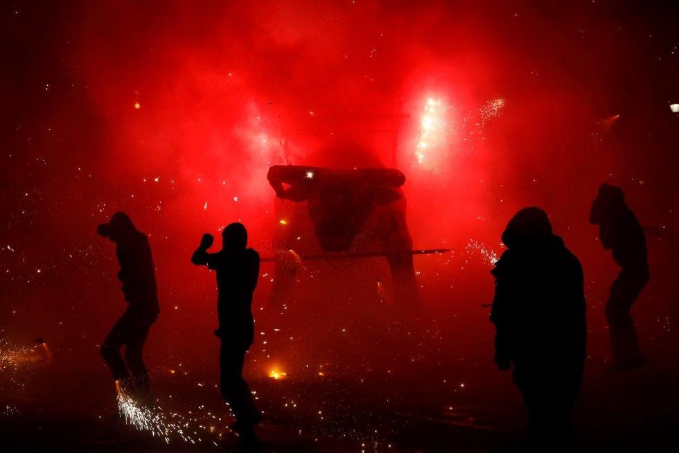 Unas 300 figuras con forma de toros cargadas de fuegos artificiales recorrieron las calles del municipio, que extremó las precauciones para evitar incidentes.