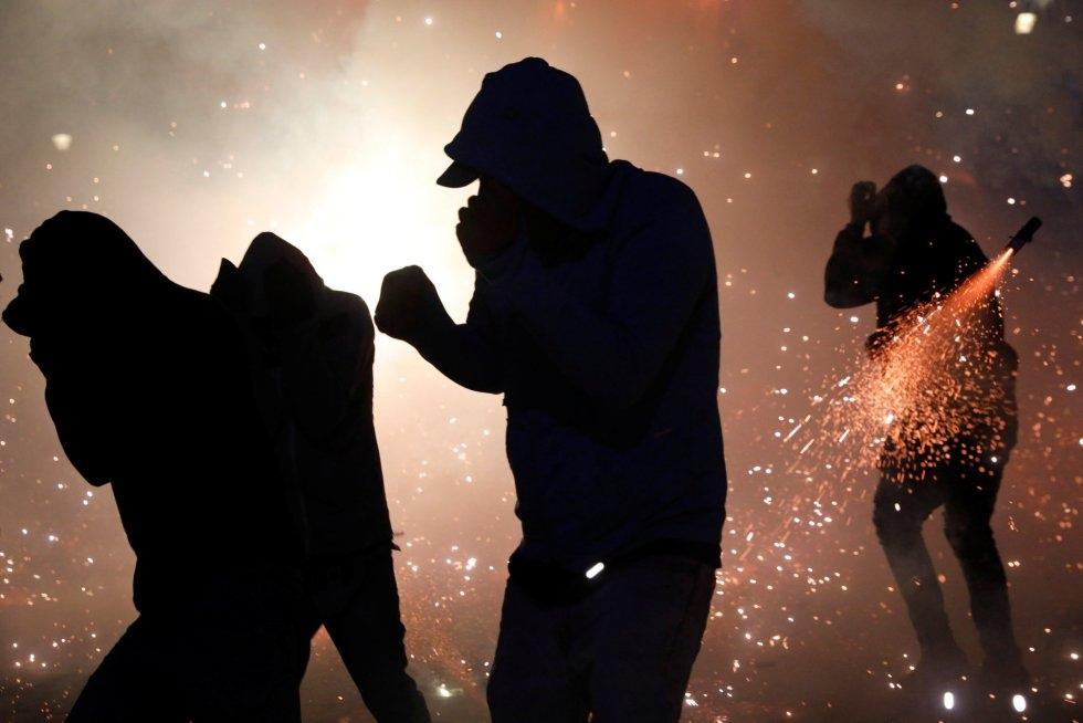Bomberos, técnicos en atención prehospitalaria y voluntarios fueron reclutados por el gobierno local para reforzar la seguridad de la festividad.