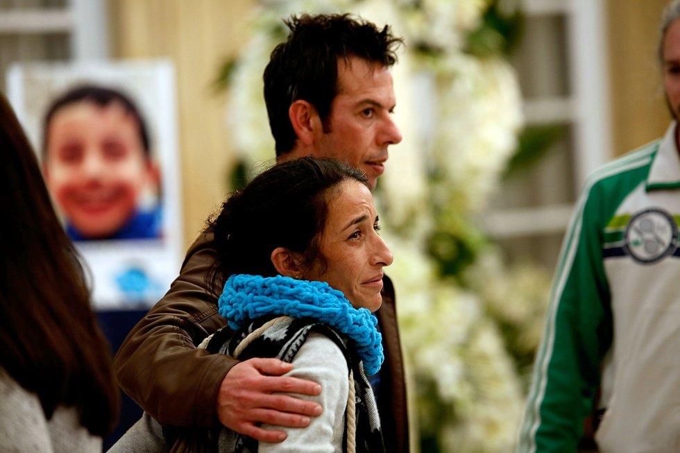 Ángel Cruz y Patricia Ramírez saludan a asistentes en la capilla ardiente de su hijo Gabriel.