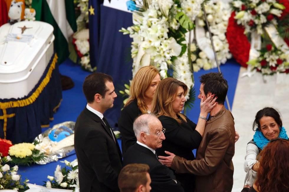 Susana Díaz saluda a Ángel Cruz durante la Capilla Ardiente del pequeño Gabriel en Almería.
