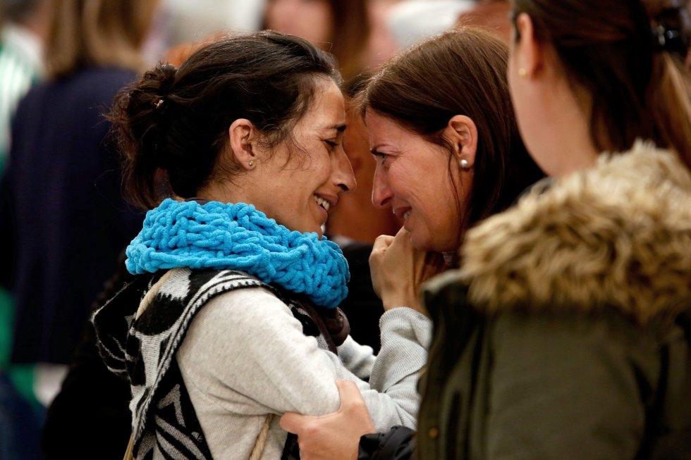 Patricia Ramírez saluda a una asistente en la capilla ardiente de su hijo Gabriel.