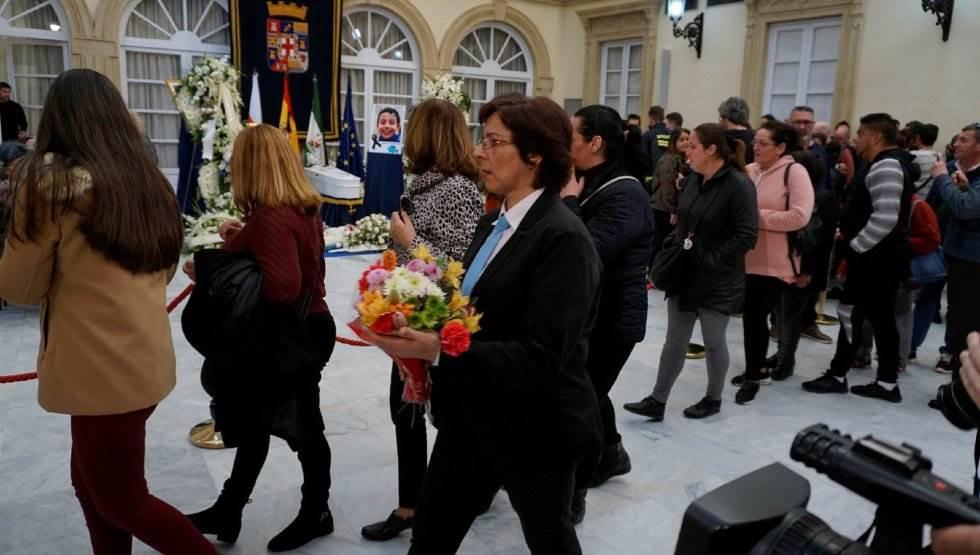 Cientos de personas visitan la capilla ardiente de Gabriel Cruz instalada en el Palacio Provincial de la Diputación de Almería.