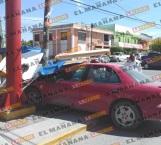 Embiste auto a taqueros y choca ambulancia