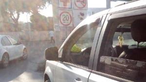 Obra vial causa choque y fuerte discusión de conductores participantes