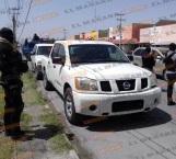 Aseguran camioneta robada tras persecución y balacera