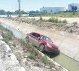 Cae a canal y abandona su vehículo