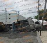 Otro socavón 'devora' camión materialista