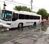 Cae camión con pasajeros en socavón