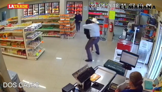 ¡Detiene a ladrón armado en carnicería!