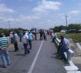 Vuelven campesinos a bloquear carretera federal