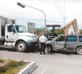 Invade carril y se proyecta contra camión recolector