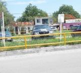 Cómodamente se estacionan en derecho de vías de Pemex