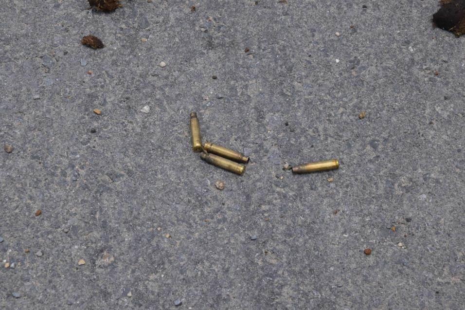 EVIDENCIAS. Los peritos criminólogos hicieron el levantamiento de evidencias entre ellas casquillos percutidos de arma de fuego.