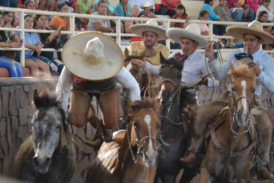 DOMINA REPAROS. Los espectaculares reparos de la yegua no tumbaron a Miguel Flores, de los Tamaulipecos.