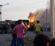 Encontronazo carretero e incendio de camioneta y tracto-camión