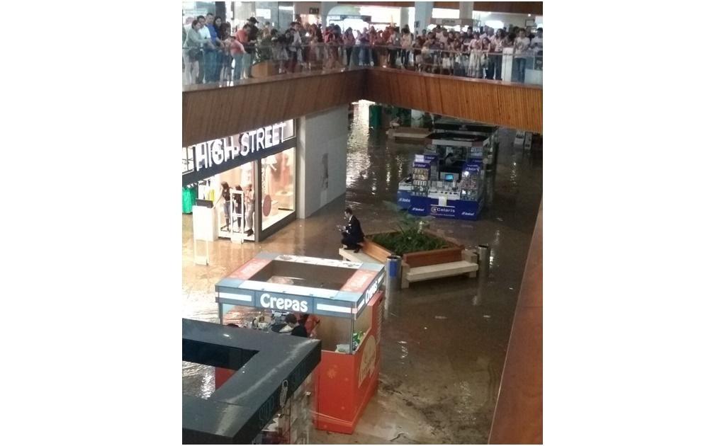 También se reportó la inundación de una plaza comercial ubicada sobre la Avenida Patria (Foto: Redes Sociales)