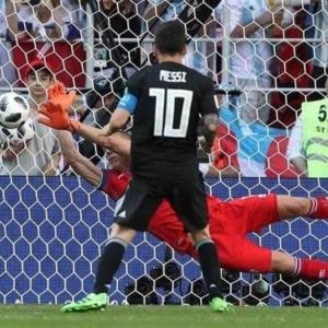 Messi falla penal y Argentina no puede con Islandia