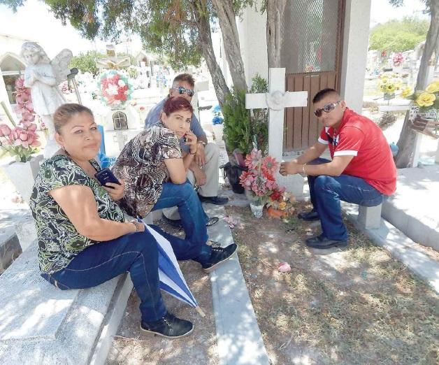 Visitan miles a sus padres en cementerio