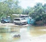 Siguen casas entre el agua