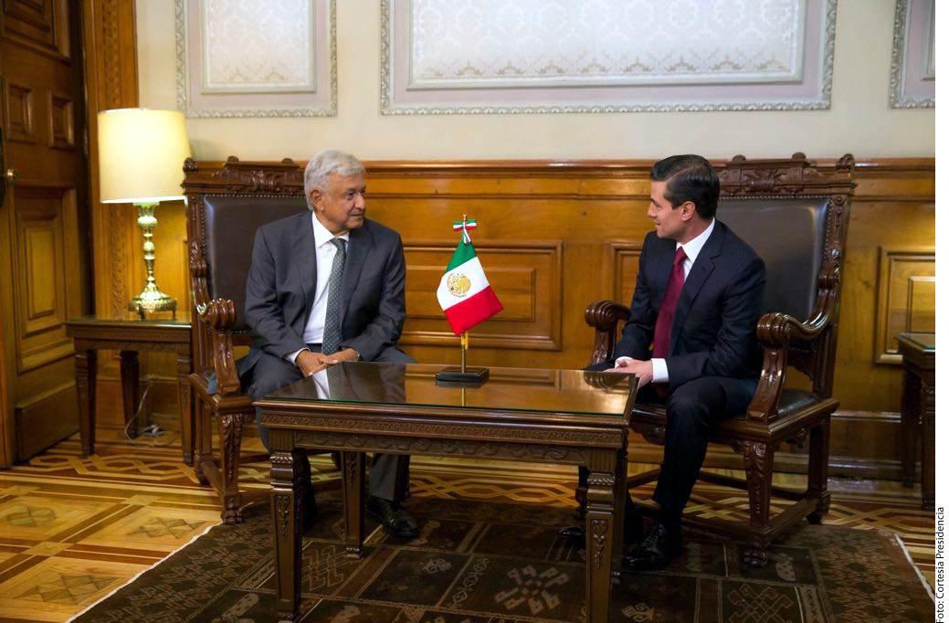 Aunque en las últimas transiciones los encuentros entre el Presidente y su sucesor se realizaban en Los Pinos, en esta ocasión, a petición de Andrés Manuel López Obrador (izq.), se realiza en Palacio Nacional.