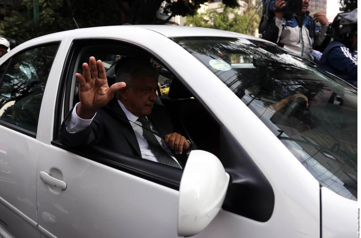 El candidato Andrés Manuel López Obrador (foto) fue recibido por los subjefes de seguridad y logística del Estado Mayor Presidencial en Palacio Nacional, quienes lo condujeron hasta la oficina del Presidente Enrique Peña Nieto.