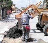 Reparan cuadrillas municipales asfalto en Fuentes Lomas