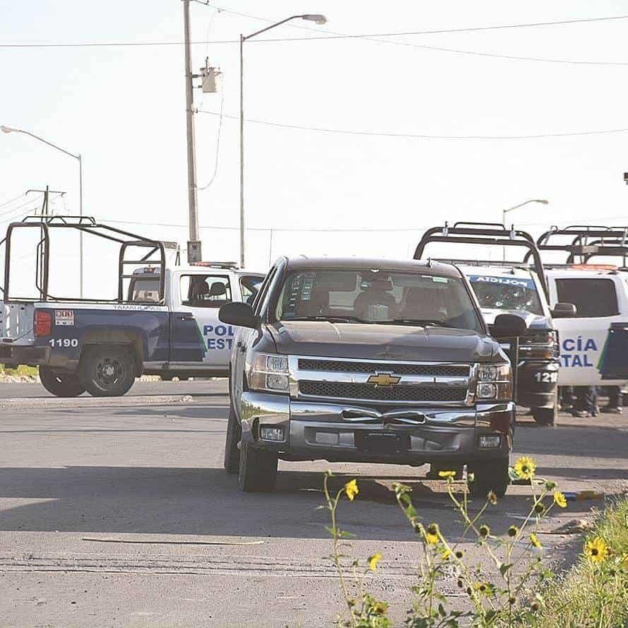 Chevy. En esta camioneta viajaban los sicarios que sorprendieron a policías estatales, matando a uno e hirieron a por lo menos cuatro más.