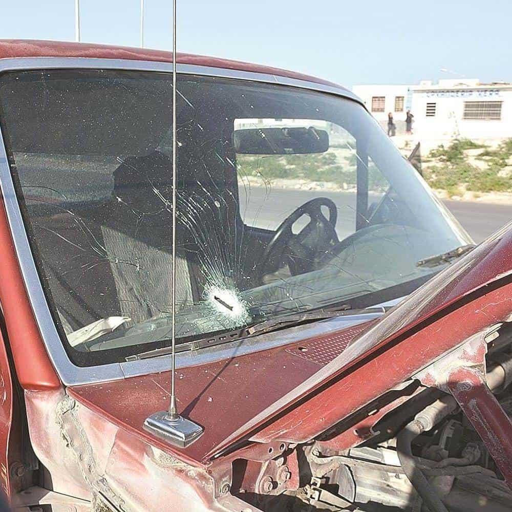 La libra. El plomo que hirió al comerciante atravesó el parabrisas de su camioneta Ford F-150 pick up.