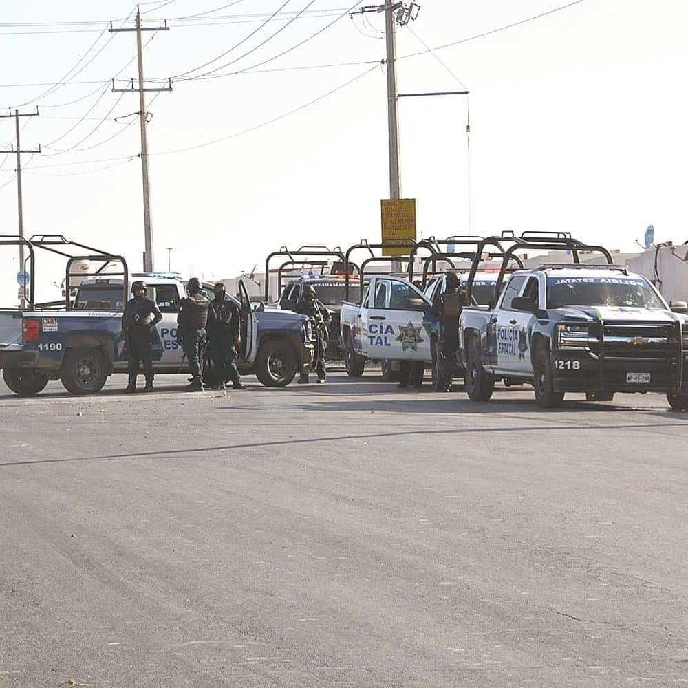 MOVILIZACIÓN. Numerosas patrullas se concentraron en la calle Punta Calabozo de la colonia Hacienda del Sol.