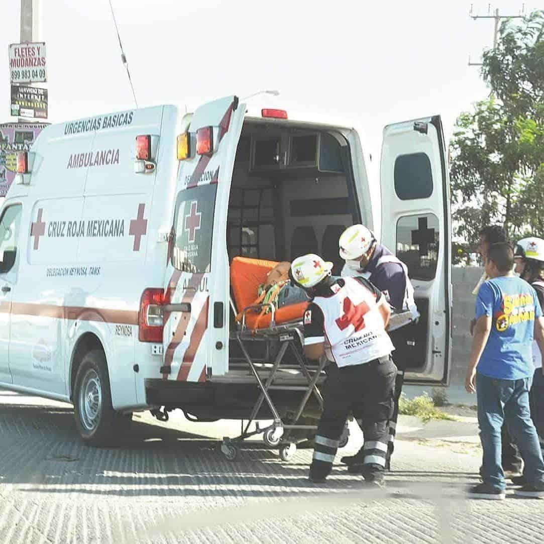 Urgencia. Paramédicos de la Cruz Roja trasladaron al Hospital General al comerciante herido por una bala perdida.
