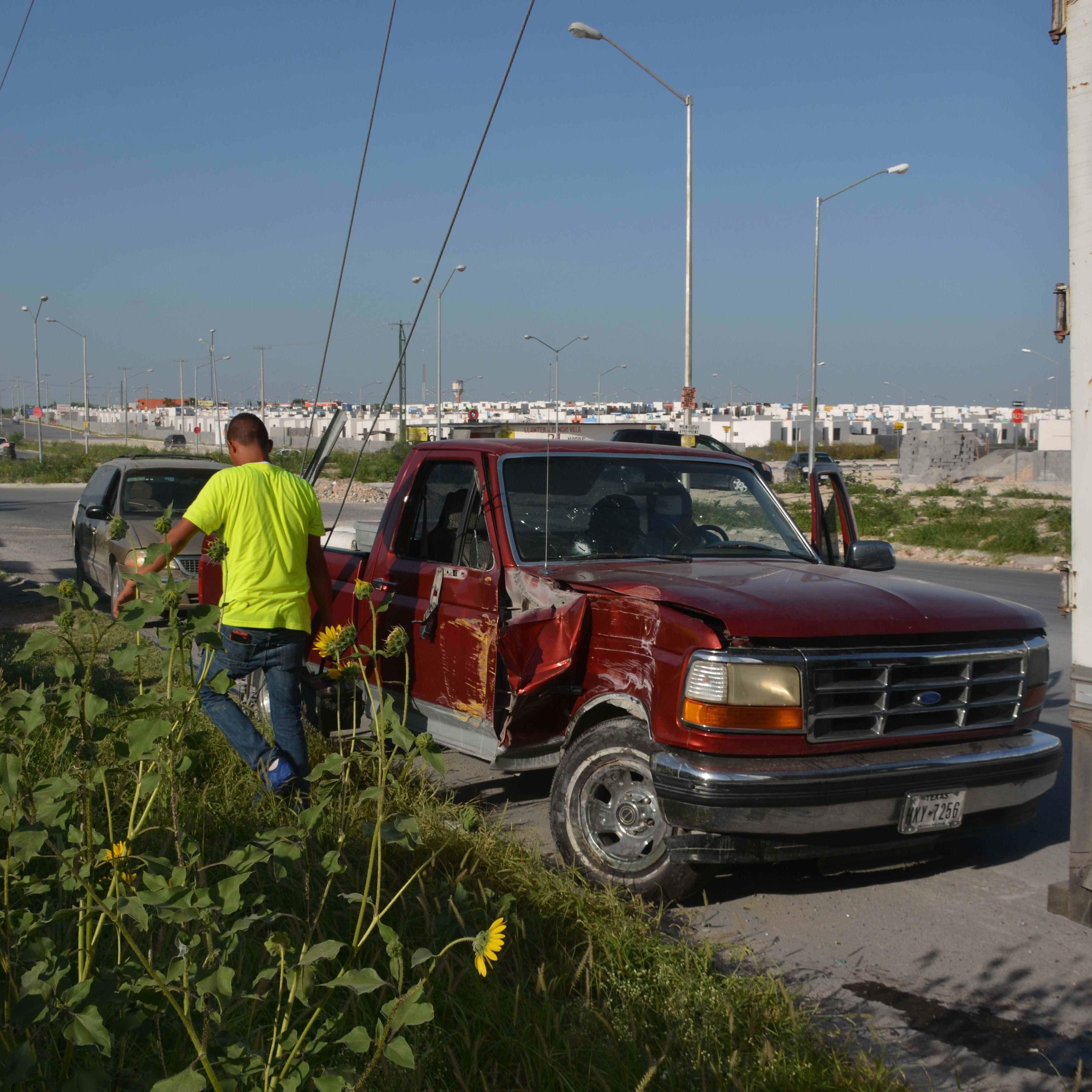 Susto. Al darle de reversa la camioneta del comerciante ya herido, la chocó contra un poste.