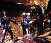 Rescatan a 8 de los 12 niños atrapados en cueva de Tailandia