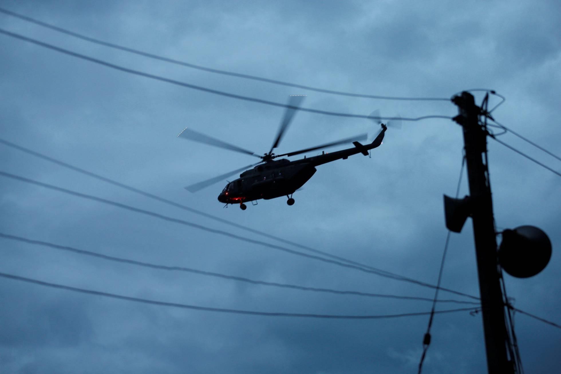 Un helicóptero militar traslada a algunos de los menores tras ser rescatados de la cueva de Tham Luang.