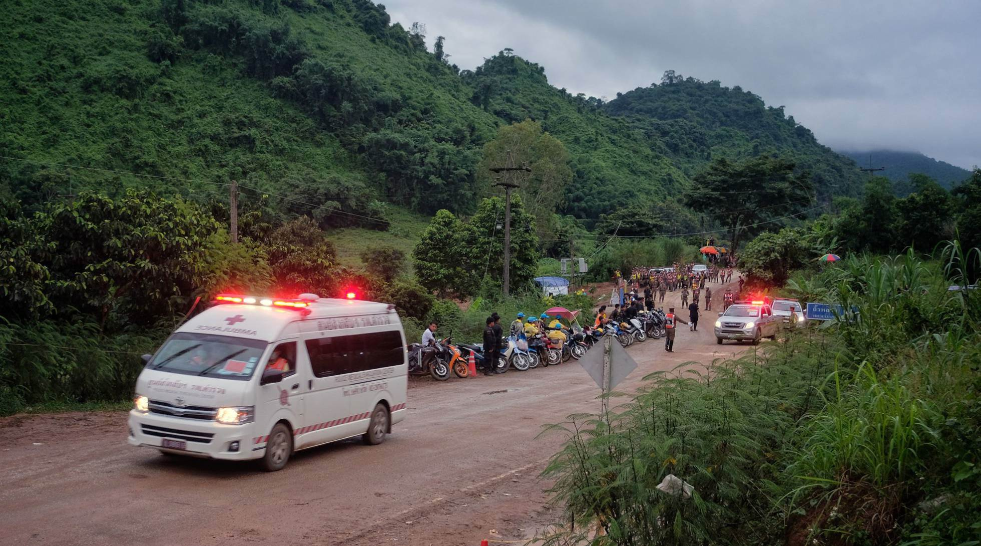Una ambulancia traslada a alguno de los niños al hospital tras ser rescatados, el 8 de julio de 2018.