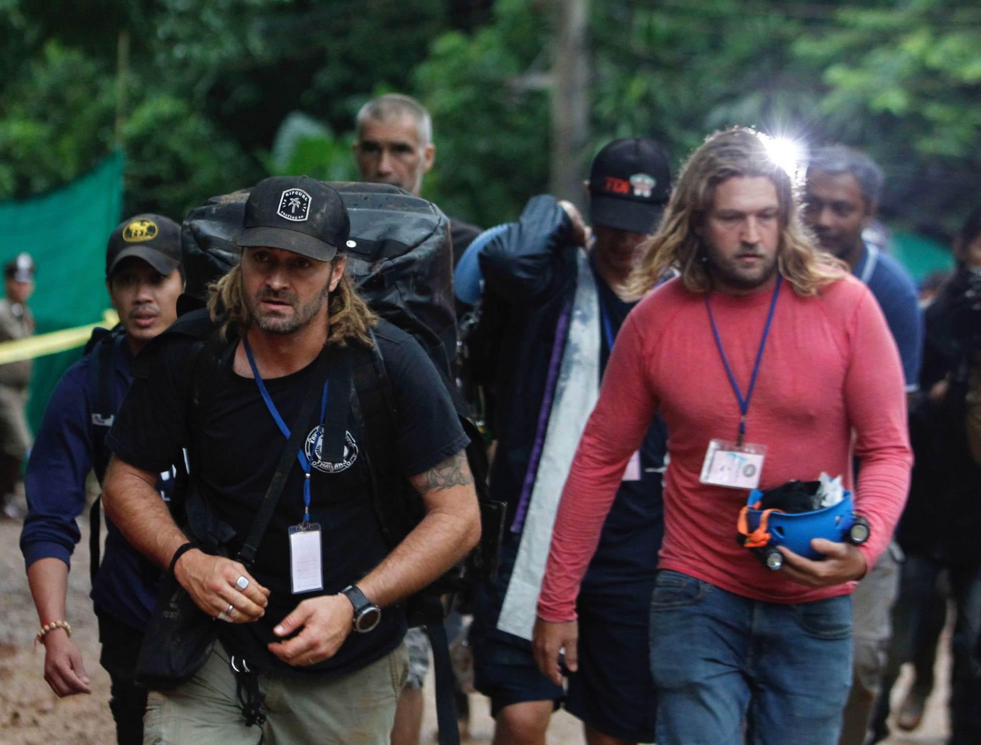 El buzo Mikko Paasi (i) camina en dirección a la cueva Tham Luang, en la provincia tailandesa de Chiang Rai, para empezar las labores de rescate, el 8 de julio de 2018.