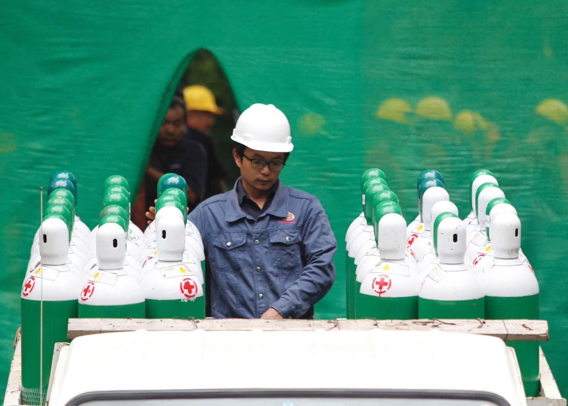 Un trabajador prepara las bombonas de oxígeno para el rescate de los niños en el exterior de la cueva, el 8 de julio de 2018.
