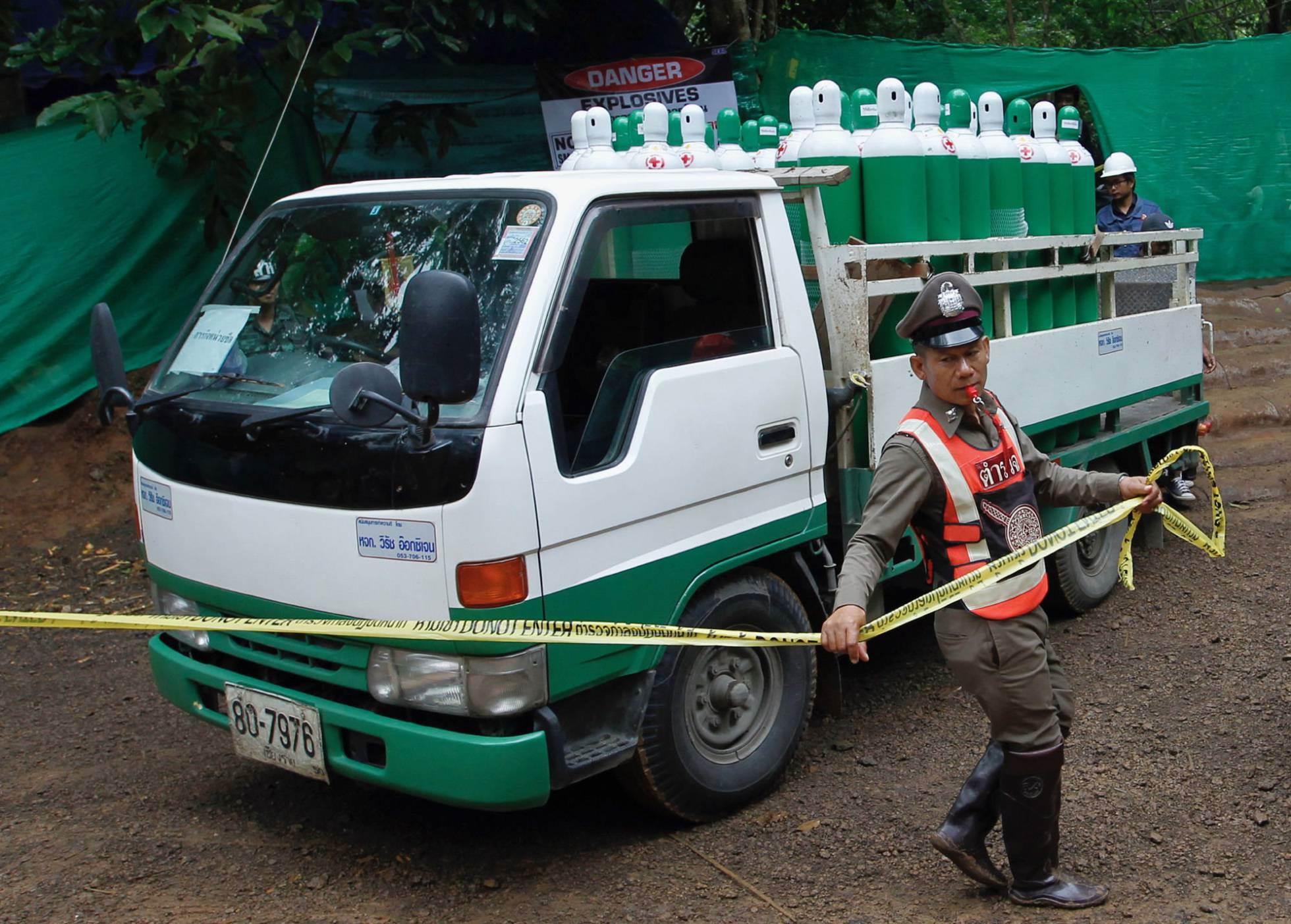 Un camión llega con bombonas de oxígeno a la zona acordonada desde donde ha comenzado el rescate de los menores atrapados con su monitor, en la provincia tailandesa de Chiang Rai, el 8 de julio de 2018.