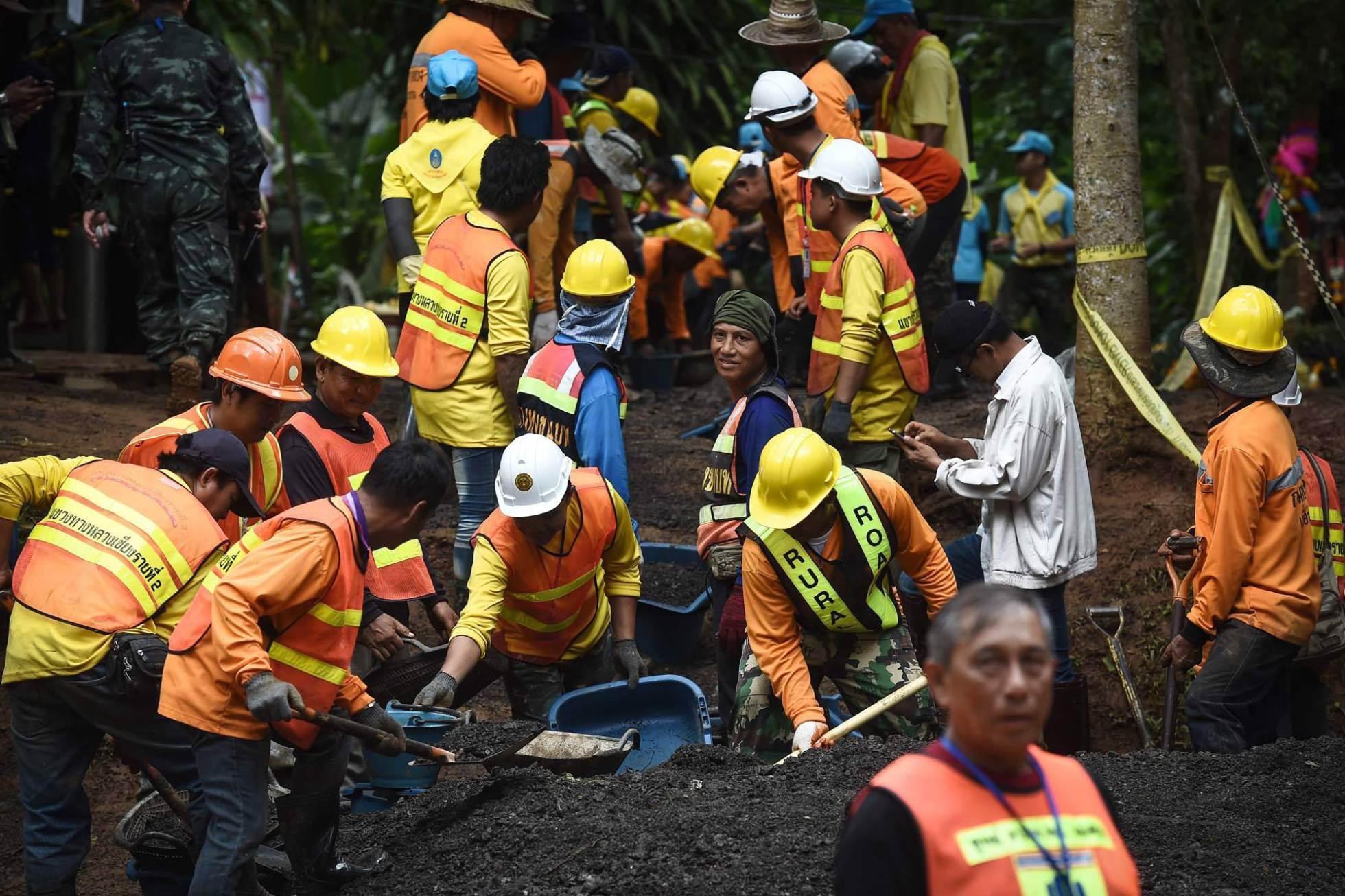Un grupo de trabajadores arregla el camino que conduce hasta la cueva, en Khun Nam Nang Non Forest Park, el 3 de julio de 2018.