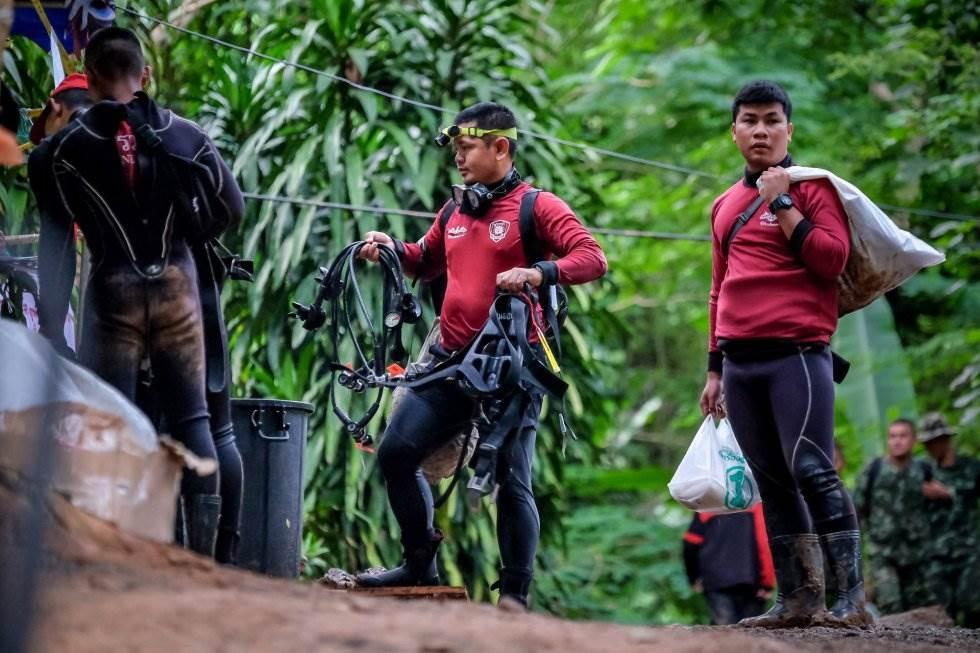 Miembros de la policía tailandesa caminan frente a la cueva de Tham Luang Nang Non, el 3 de julio de 2018.